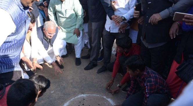 बिलासपुर नगर निगम के नवनिर्वाचित महापौर और सभापति के शपथ ग्रहण समारोह में शामिल हुए मुख्यमंत्री भूपेश बघेल, बच्चों के साथ खेला कंचा