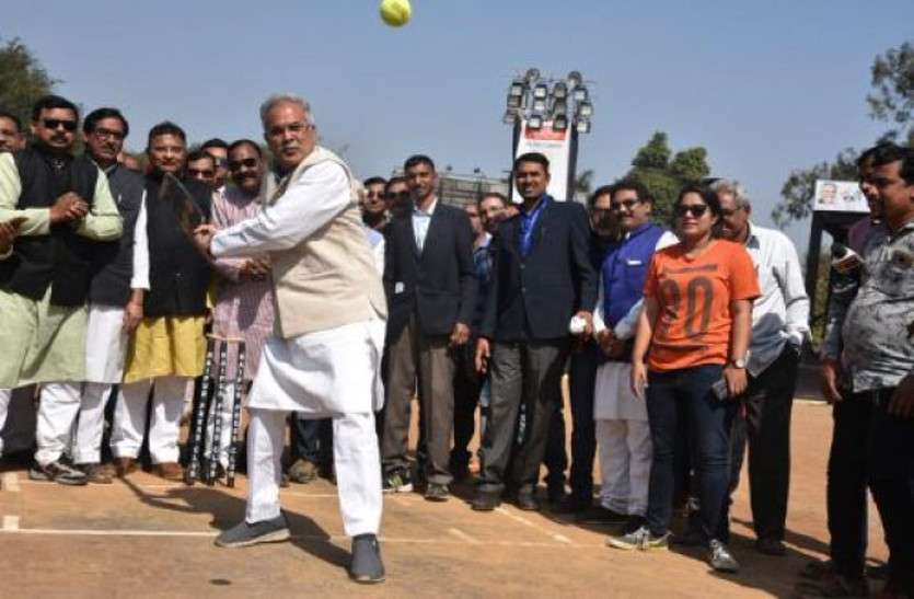 cm_bhupesh_baghel-playing-cricket