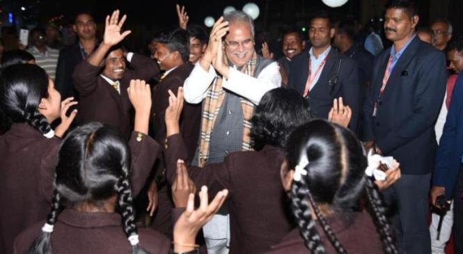मुख्यमंत्री 'मावा बस्तर-बेरसिंता' कार्यक्रम में हुए शामिल, बच्चों के साथ ये देश है वीर जवानों का.. गीत पर जमकर थिरके