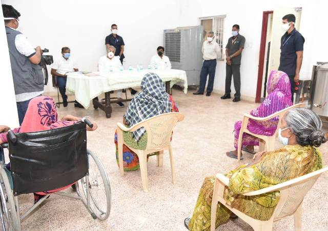 cm-bhupesh-meets-old-age-home-2