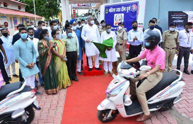 cm-bhupesh-gives-scooty-to-cg-police