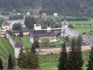 Mănăstire pictată din Nordul Moldovei. FOTO helloBucovina.com