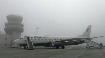 Avioanele au fost ținute la sol din cauza ceții puternice. FOTO AI Bacău