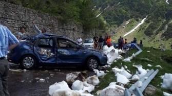 Un autoturism a fost surprins de avalanșă pe Transfăgărășan. FOTO Cazare Transfagarasan