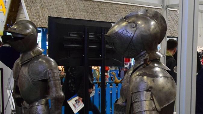 Replici de armuri și duplicate ale unor arme de secol XV-XVI au fost expuse la stand. FOTO CJ Dâmbovița