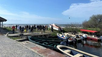 Zeci de saci cu deșeuri, colectați de pe plaja sălbatică de la Perișor, Tulcea. FOTO comunitatea din Dunavățu de Jos