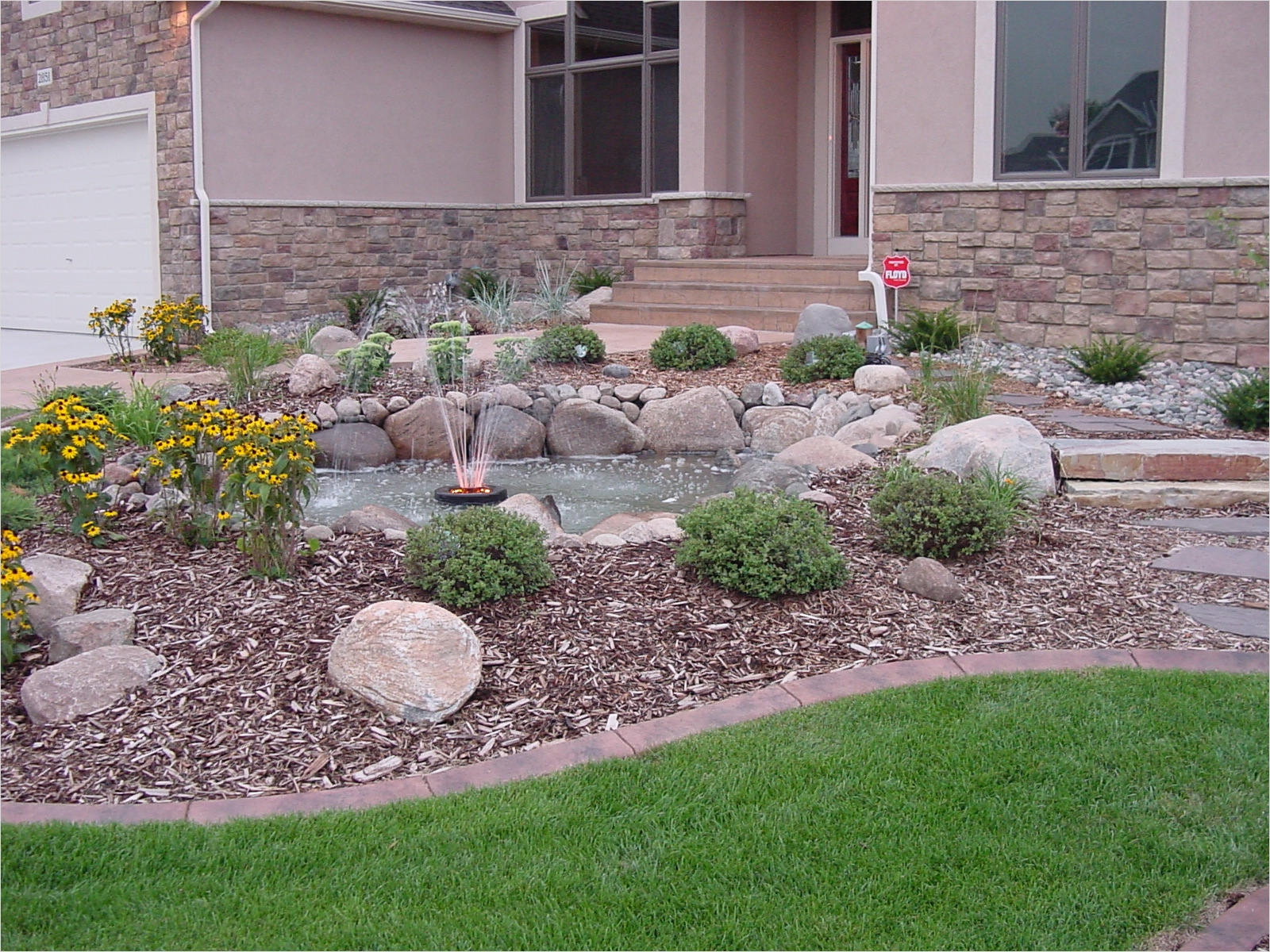 35 Perfect Front Yard Landscaping Ideas with Rocks 35