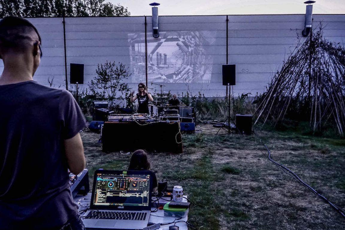 Muzikante Onrust achter haar elektronische apparatuur op een buitenlocatie