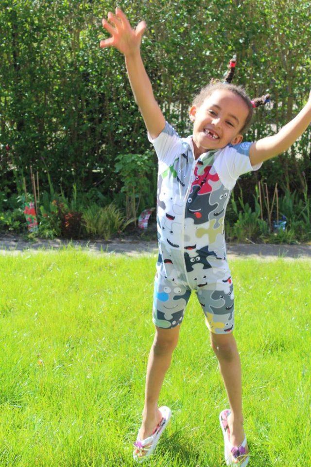 UV-werende kleding of zonnebrandcrème wat beschermt beter-GoodGirlsCompany-je kind tegen de son beschermen