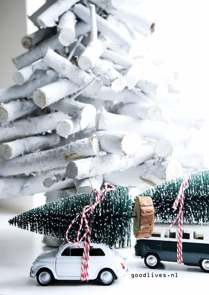 Auto met kerstboom op het dak