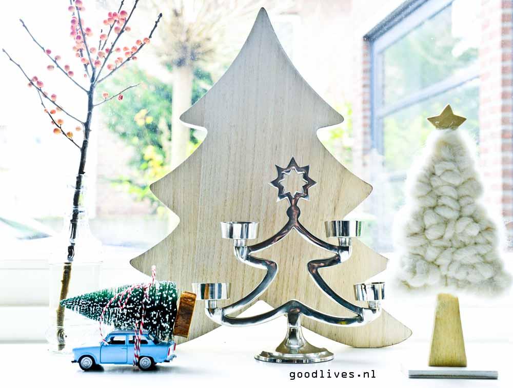 Kersttafereel met auto met kerstboom op dak