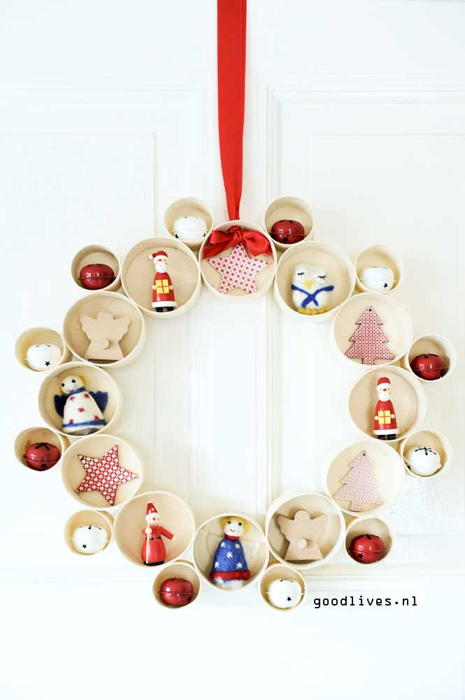 Alternative Christmas wreath with nice dolls and bells on Goodlives.nl