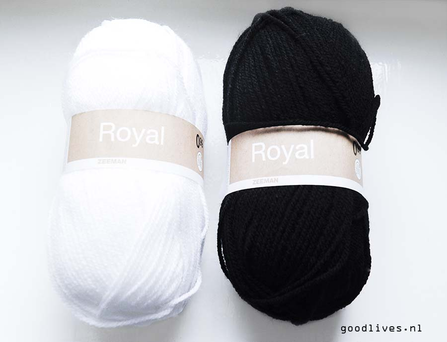 Balls of wool for the black and white plaid, DIY on Goodlives.nl