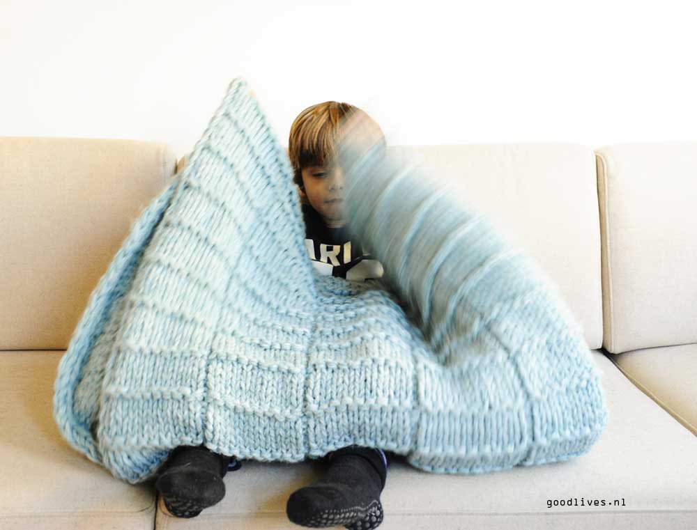 Larsman with the DIY knitting blanket from goodlives.nl