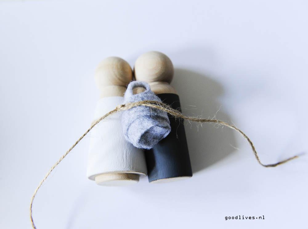 DIY Christmas crib - knotting the three dolls together