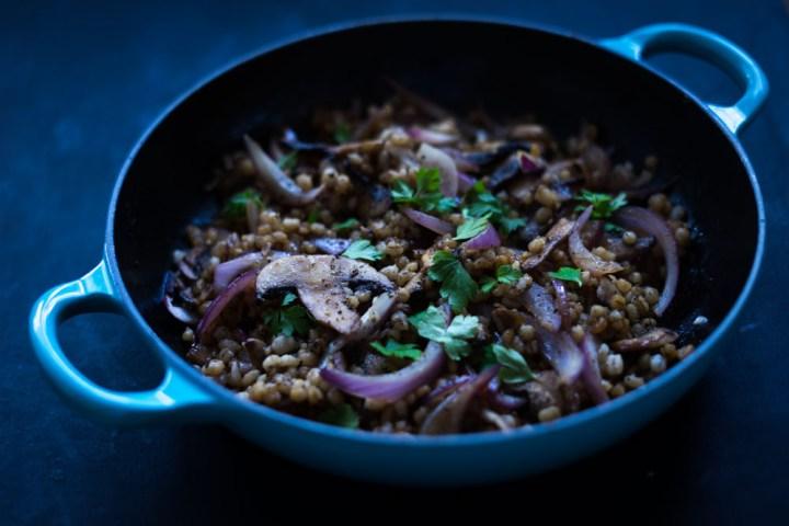 Varm byggrynsalat med sopp