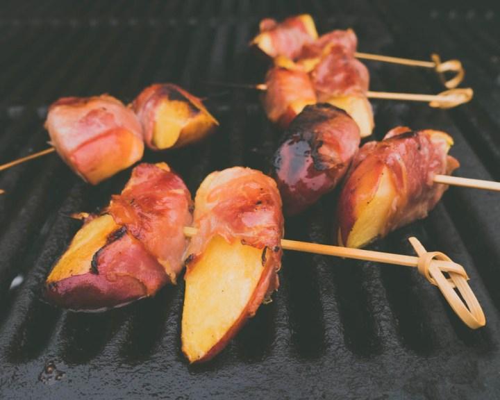 grillet nektarin med skinke