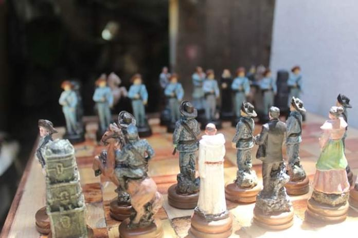 Jose Rizal chess pieces