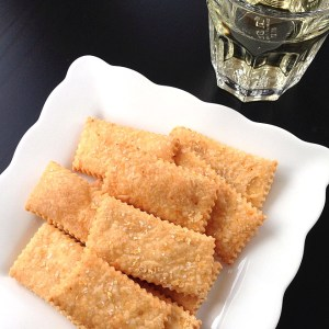 Cheese Crackers with wine SQ1