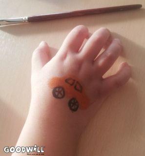 Een auto met schmink op een kinderhand gezet-Goodwill.nl