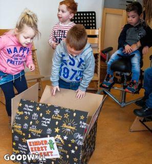 Nieuwsgierige kinderen bij Goodwill's Kerstpakket_Goodwill.nl