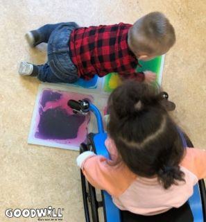 Sensorische vloertegels worden ontdekt door een dreumes en kind in rolstoel_Goodwill.nl