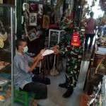 Terapkan PPKM Level 3 di Wilayah, Babinsa Keprabon Beserta Ba Otsus Menyambangi Pasar Triwindu Solo