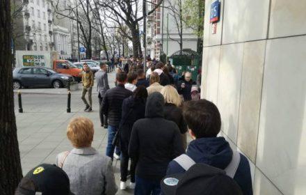 В Варшаве украинцы стоят в очереди, чтобы проголосовать. Фото