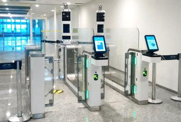 В двух аеропортах Варшави планують спрощений контроль для власників біометричнихпаспортів