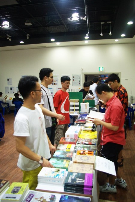 The Dealers' Tables, full of SF and fantasy books.