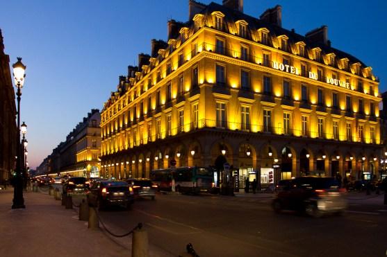 Hotel du Louvre et la rue de Rivoli