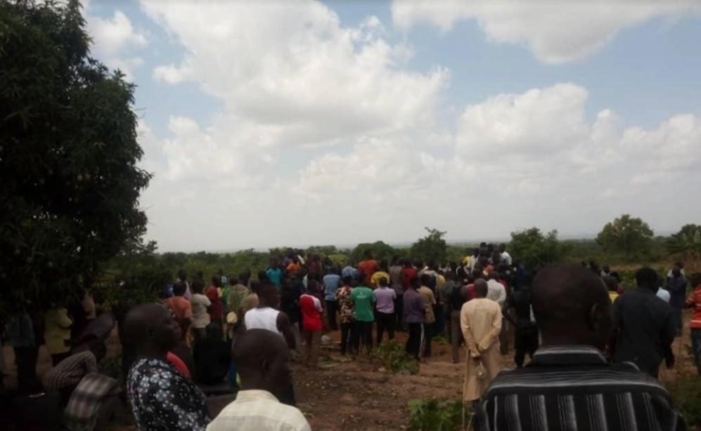Moradores assistem a um enterro em massa para 17 pessoas mortas em um ataque