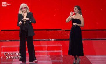 """Amanda Lear, gaffe su """"donne brutte"""". Coinvolta Serena Rossi: la reazione"""