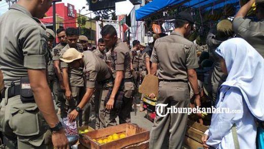 Tertibkan Pedagang Buah di Trotoar, Satpol PP Padang Diancam Pakai Parang