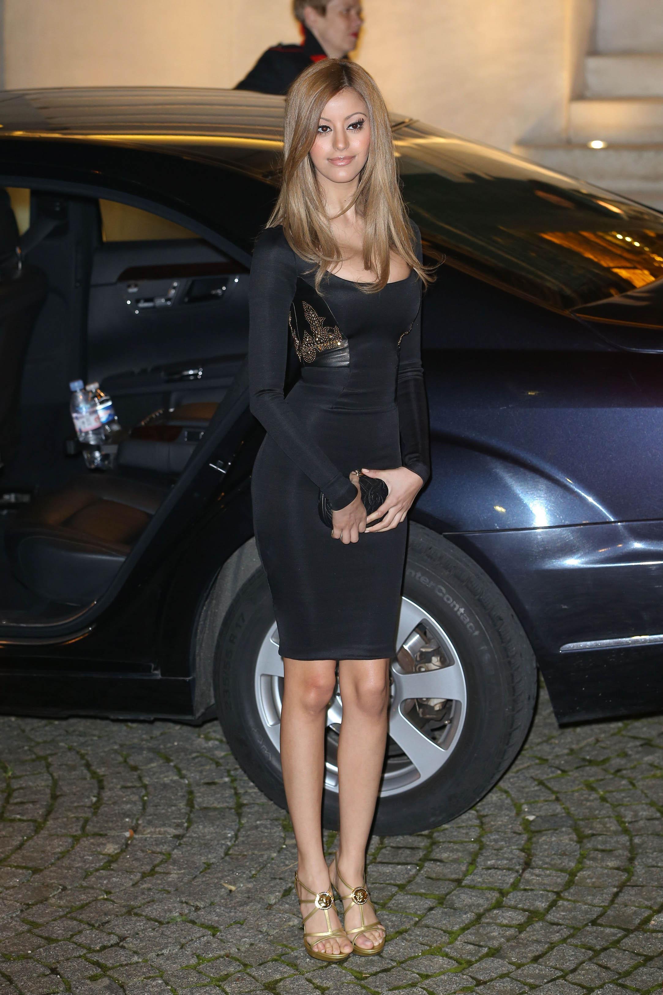 Zahia Dehar enfile une robe noire très moulée
