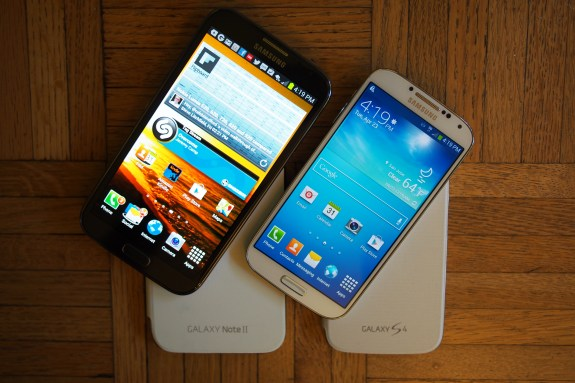 5.5-inch 720p HD display of the Galaxy Note II on left compared with 5-inch 1080p display of the Galaxy S4 on the right.