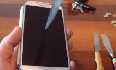 Thanks to Gorilla Glass 3, the Samsung Galaxy S4 withstands knives, keys and coins.