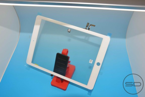 A new set of photos shows off a purported iPad 5 front panel.