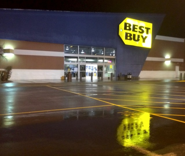 Best Buy confirms plans for midnight Madden 16 release date events.