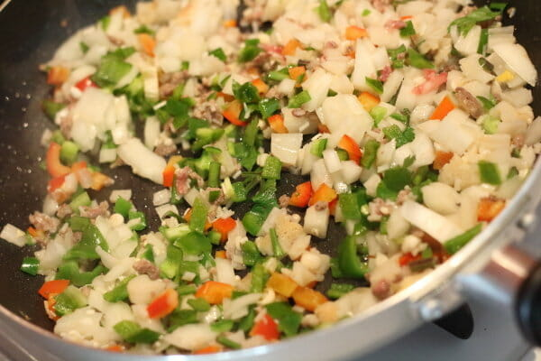 ベジ炒飯の野菜を炒める工程写真
