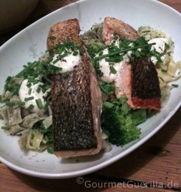 Lachs auf Brokkolinudeln |GourmetGuerilla.de