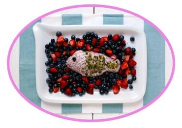 Rosa Mohn-Panna Cotta Fisch mit marinierten Beeren #rezept #gourmetguerilla