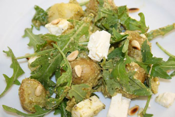 Kartoffelsalat mal anders: mit Pesto, Pinienkernen, Feta und Ruccola