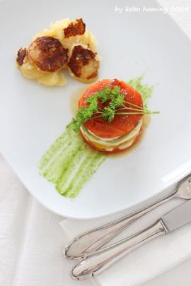 Lauwarme Paprika-Schafskäsetörtchen auf Petersilienölspiegel mit Röstkartoffeln