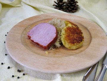 Selchkarree mit Kartoffelblattlen und Sauerkraut