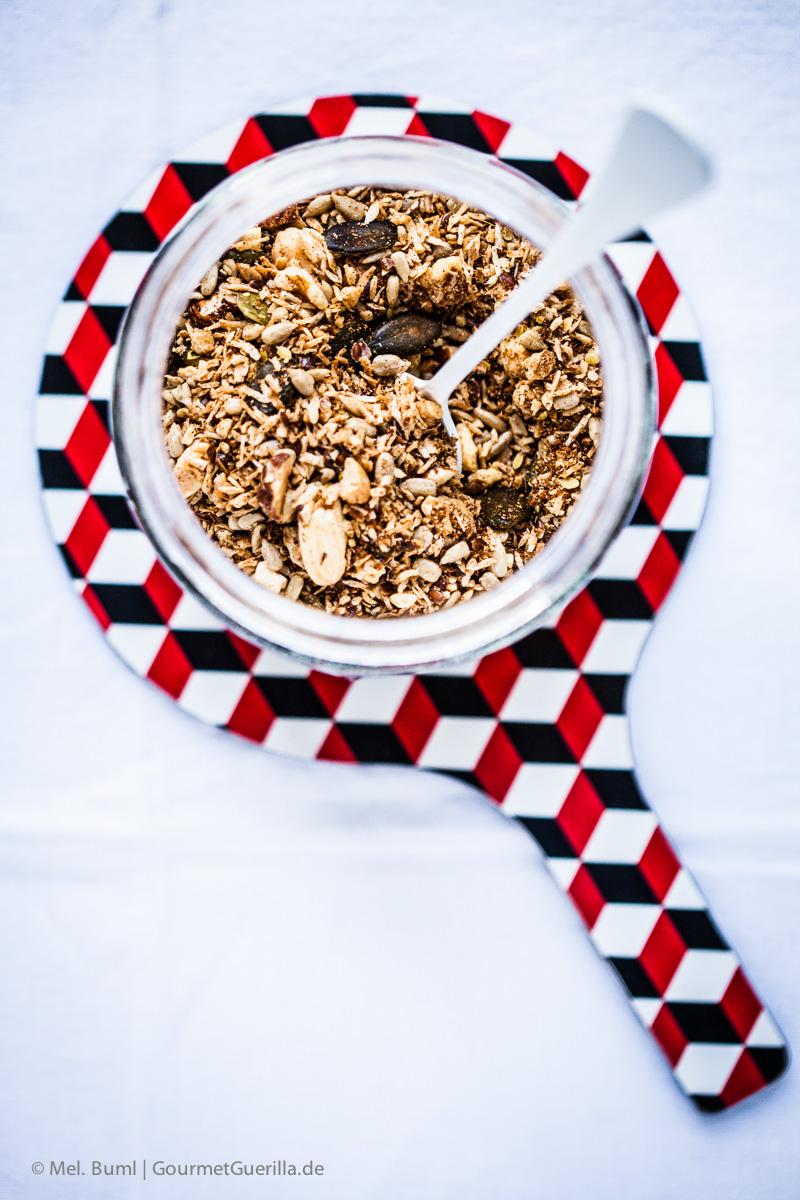 {LCHF-Rezept} Griechischer Joghurt mit selbstgemachtem Nussknusper und dunklen Beeren  GourmetGuerilla.de