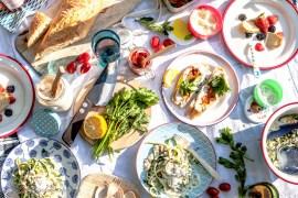 Picknick mit Crostini mit weißem Bohnen-Mandelmus und Harissa, Zucchinisalat Carbonara und Kokoskaltschale mit Beeren und Zwieback  GourmetGuerilla.de