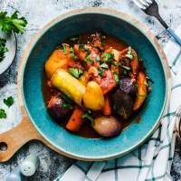 Vegetarisches Gemüse-Stifado - das typisch griechische Schmorgericht ohne Fleisch  GourmetGuerilla.de