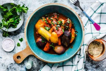 Vegetarisches Gemüse-Stifado - das typisch griechische Schmorgericht ohne Fleisch |GourmetGuerilla.de