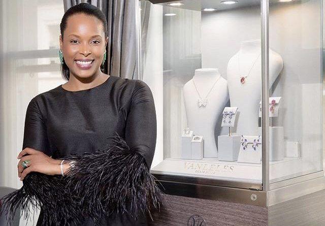 Vânia Leles magnifies African gemstones.
